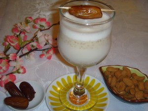 миндальное молоко с финиками