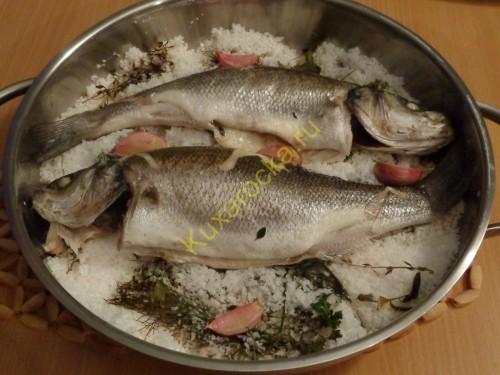 ryba-na-aromatnoj-soli-s-ovoshhnym-sousom