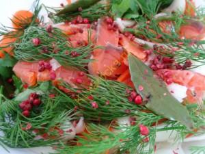 Лосось маринованный с овощами