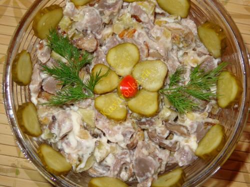 Salat-iz-kurinyx-zheludochkov