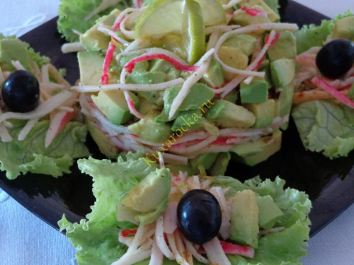 Salat-iz-avocado-s-krabovymi-palochkami