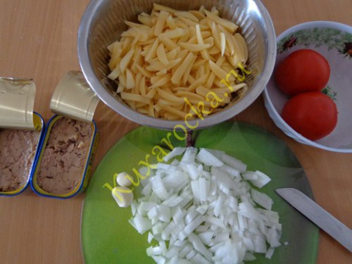 teplyj-salat-s-tuncom-na-skovorode