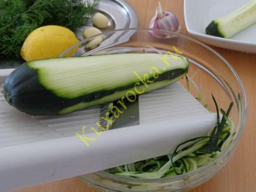 salat-iz-svezhix-ogurcov-po-turecki