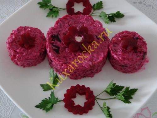 svekolnyj-salat-s-chesnokom-i-suxofruktami