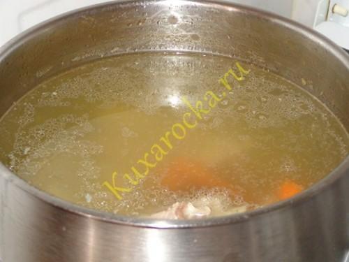 rassolnik-s-risom-recept-so-svinymi-rebryshkami
